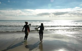 surfer-girls-at-the-beach-bretagne