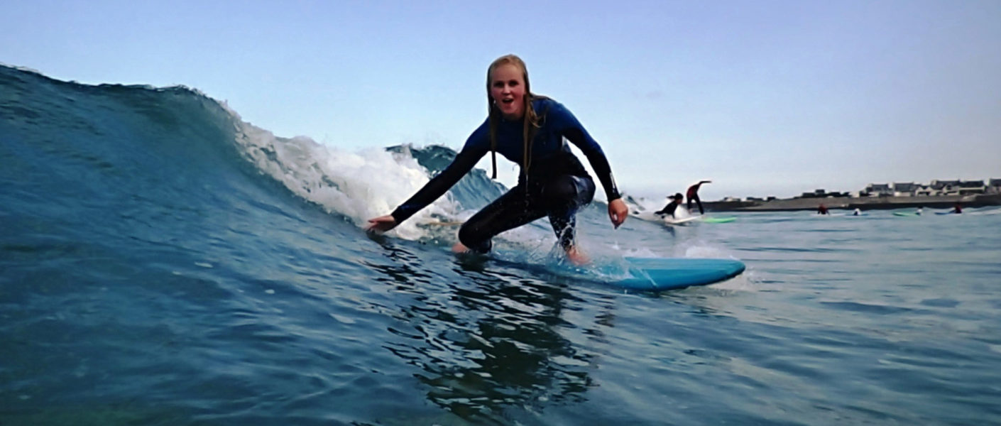 surfer-girl-in-the-water-bretagne-france-surfen-frankreich-surfvakantie-bretagne-30+-surfcamp