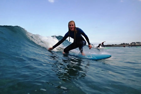 surfer-girl-in-the-water-bretagne