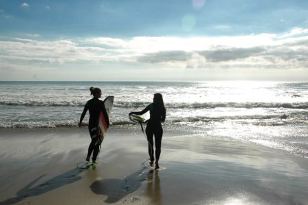surfer-girls-at-the-beach-bretagne-surftrip-surfvakantie-wellenreiten-frankreich